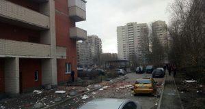 Une fuerte explosión se registró este jueves en un edificio residencial en la ciudad rusa de San Petersburgo, horas después de que la policía lograra desactivar más explosivos a tres día de que una bomba dejara 14 muertos y decenas de heridos en el metro de la localidad. De acuerdo a la agencia de noticias RIA, citada por Reuteres, en la explosión nadie resultó herido, sólo se registraron daños en el inmueble y en vehículos que se encontraban en el estacionamiento del lugar. Elementos del Ministerio de Emergencias de Rusia acudieron al lugar localizado en el número 21 de la avenida Solidárnosti, en el distrito de Nevski para cerciorarse de que no existieran más elementos explosivos en el lugar o las cercanías.