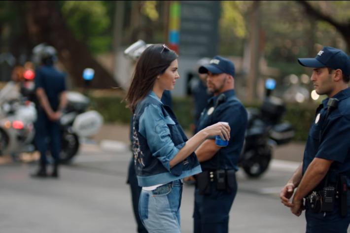 Mujer y policías
