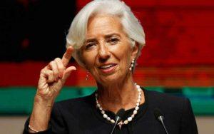 FMI estima mayor crecimiento de economía mundial pero insiste sobre riesgos del proteccionismo El FMI no quita el dedo del renglón al advertir sobre los riesgos a los que se enfrenta la economía mundial por el proteccionismo, estimando un crecimiento global del 3.5% en 2017. El Fondo Monetario Internacional (FMI), elevó el martes sus previsiones sobre crecimiento de la economía mundial en reacción al comportamiento de la manufactura y el dinamismo comercial en Europa, Japón y China; sin embargo, no dejó de advertir sobre los efectos negativos que tendrían las políticas proteccionistas de países desarrollados sobre el ritmo de crecimiento económico. En su documento Panorama Económico Mundial, publicado el martes 18 de abril, el FMI señaló que espera que las economías avanzadas – debilitadas por el entorno incierto internacional – se vean beneficiadas por el dinamismo en la manufactura que inició su repunte en el verano boreal pasado.