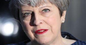 Theresa May llama a elecciones anticipadas; busca garantizar certidumbre tras inicio del Brexit Reino Unido.- La conservadora Theresa May argumentó que su Gobierno contaba con el plan adecuado para enfrentar la primera fase de la salida del país de la Unión Europea, Brexit; sin embargo, dijo que para garantizar la certidumbre en los años venideros, es necesario tener elecciones urgentes. En un mensaje a medios a las afueras de su oficina en Downing Street, May dijo que se vio orillada a pedir al Parlamento que apoye su decisión de adelantar las elecciones de 2020, debido a que ve necesario ganar respaldo para los esfuerzos de su Partido Conservador de seguir adelante con la salida de Reino Unido de la Unión Europea.