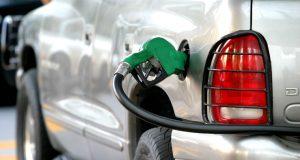 Automotrices prefieren importar gasolina que comprarla a Pemex Empresas automotrices como GM, Nissan y Toyotan buscan la aprobación para arrancar sus autos en México con gasolina importada y dejar de comprar combustibles a Pemex. Ciudad de México .- Empresas multinacionales de la industria automotriz han solicitado a la Secretaría de Energía (Sener) el permiso para comprar la gasolina para el primer llenado de tanque de sus vehículos a gaseras en el extranjero y cancelar la compra a Petróleos Mexicanos (Pemex). De acuerdo con datos referidos por la dependencia federal, citados por Fobres, la estadounidense General Motors (GM) recibió en febrero de este año un permiso para importar 4 millones de litros de gasolina, mientras que la japonesas Toyota y Nissan obtuvieron el permiso de la Sener para la importación de 3.8 millones y 10 millones de litros, respectivamente.