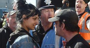 Una mujer enfrenta a manifestante extrema derecha con una sonrisa y se vuelve viral