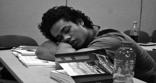 La Academia Americana de Medicina del Sueño (AASM) ha recomendado que los estudiantes de secundaria y preparatoria comiencen sus clases después de las 8:30 a.m., para que los adolescentes puedan dormir lo suficiente durante la semana.