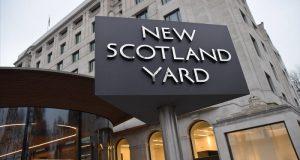 """La policía londinense dio a conocer que un hombre de unos 27 años, vestido de negro y de barba poblado, ha sido acusado de """"preparar actos de terrorismo"""""""