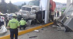 Accidente en la caseta Lerma-La Marquesa deja cuatro muertos [VIDEO] Un camión de carga sufrió fallas en los frenos y se impactó contra la caseta de cobro de la autopista Lerma-La Marquesa, en el Estado de México, dejando cuatro muertos. El accidente se registró la mañana del sábado 27 de mayo alrededor de las 10:20hrs. El camión impactó autos particulares, dejando el saldo de cuatro muertos – entre los que se encuentran dos adultos y un bebé – y siete lesionados. De acuerdo a reportes de la prensa local, el camión Mercedes Benz tipo Torton, placas LB54589, se quedó sin frenos al descender de la curva en dirección a Toluca, impactándose contra vehículos particulares estacionados a la espera del paso en la caseta de cobro.