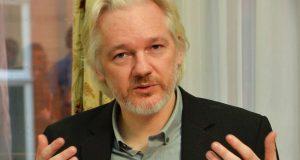 """Después de que la fiscalía de Suecia decidiera retirar la investigación en contra de Julian Assang por abuso sexual, el creador de Wikileaks podría abandonar la Embajada de Ecuador en donde ha permanecido refugiado por cinco años. La noticia de la suspendió la investigación en contra de Assange, abre la posibilidad de que el periodista retome su libertad y abandone la Embajada de Ecuador en Londres, donde se refugió voluntariamente desde 2012 ante los riesgos de extradición a Suecia y presuntamente después a Estados Unidos. A través de cuanta en Twitter, el fundador de Wikileaks envió un mensaje en donde reclama la agresión en contra de sus derechos y que por siete años fue privado de llevar una visa al lado de su familia, algo que """"No perdona ni olvida""""."""