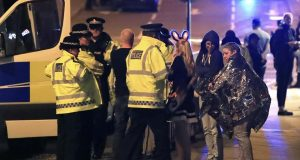 Estado Islámico se atribuye atentado terrorista durante concierto en Manchester. La noche del lunes dos explosiones sacudieron las instalaciones del Manchester Antena al termino del concierto de Ariana Grande, dejando 22 muertos. ISIS se atribuyó el atentado terrorista. Integrantes del grupo radical autodenominado Estados Islámico, se atribuyó el atentado terrorista en Manchester, Inglaterra, en donde al menos 22 personas perdieron la vida y 59 más resultaron heridas. La organización indicó que fieles a ISIS habían colocado explosivos en la ciudad británica de Manchester.
