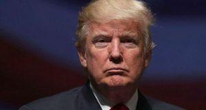 """Trump impeachment: estadounidenses piden destitución de Trump; encuesta. Poco menos del 50% de los estadounidenses quiere que se inicie un proceso de destitución o impeachment"""" en contra del presidente Donald Trump, por sus malos manejos. Estados Unidos.- Una encuesta realizada por la empresa demoscópica Public Policy Polling, publicada el martes 16 de mayo, reveló que el 48% de los ciudadanos estadounidenses están en descontento con la forma en la que el presidente Donald Trump ha llevado las riendas del país, por lo que votarían a favor de iniciar un proceso de destitución en su contra. Sólo el 41% de los encuestados se oponen a esa idea, mientras que el 43% piensa que Trump cubrirá su mandato completo de cuatro años, contra el 45% que considera lo contrario y un 12% que no se encuentra seguro del futuro de Trump como presidente."""