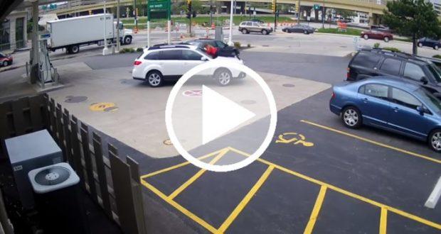 Mujer se lanza sobre su camioneta para evitar que la roben