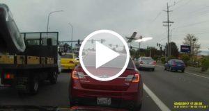 Un video muestra el momento en que una avioneta aterriza de emergencia en una autopista