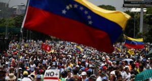 La situación actual de Venezuela refleja el peor ejemplo del resultado de un gobierno populista y falta de autonomía de las instituciones; señalan analistas. Analistas de The New York Times revisan la crisis en Venezuela desde el punto de vista de un autoritarismo consumado y el resultado de los altos niveles de corrupción generalizada que ha llevado a la sociedad venezolana a un colapso.