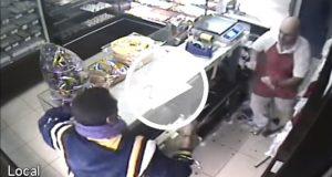 Un panadero evita que roben su negocio enfrentando a un ladrón a palazos [Video]