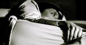 Una mujer no puede conciliar el sueño debido al insomnio