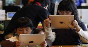 Jóvenes que usan excesivamente dispositivos móviles son más propensos a padecer miopía