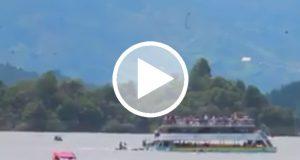 Graban el hundimiento de un barco de pasajeros en Colombia