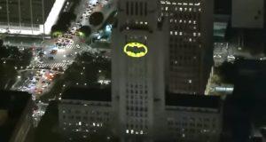 La ciudad de Los Ángeles enciende la batiseñal en honor a Adam West
