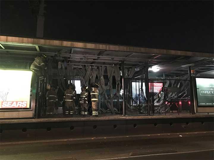 Tráiler invade carril del Metrobús y destroza techo de estación en XOLA