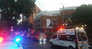La tarde de este sábado un atentado se registró en el interior de un baño dentro del centro comercial Andino, en Bogotá, dejando el saldo de tres personas muertas y al menos once heridos. De acuerdo con información de las autoridades locales, la fuerte explosión se registró en el interior del baño de mujeres del segundo piso del centro comercial alrededor de las 5pm, hora local, causándole la vida a tres mujeres, entre ellas una extranjera. Enrique Peñalosa, alcalde de Bogotá, calificó el ataque como un atentado terrorista y confirmó que al menos once personas resultaron lesionadas.