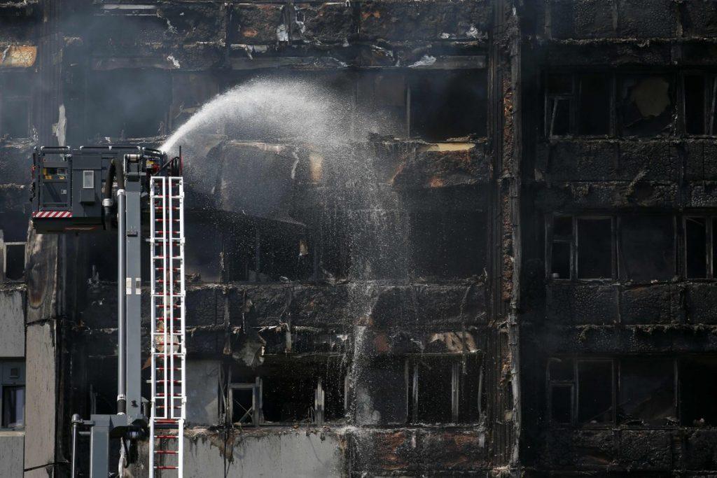 Vecinos revelan causas del Incendio en edificio de Londres: Suman 70 heridos. La cifra de heridos del incendio en una torre de departamentos en Londres supera las 70 víctimas y al menos seis muertos; vecinos acusan a dueños de ineptitud e incompetencia. La madrugada del miércoles se registró un voraz incendio que consumió la estructura de un edificio de departamentos en la capital londinense, dejando al menos seis muertos y más de 70 heridos en lo que se calificó por los vecinos como un acto de ineptitud e incompetencia por parte de los dueños.