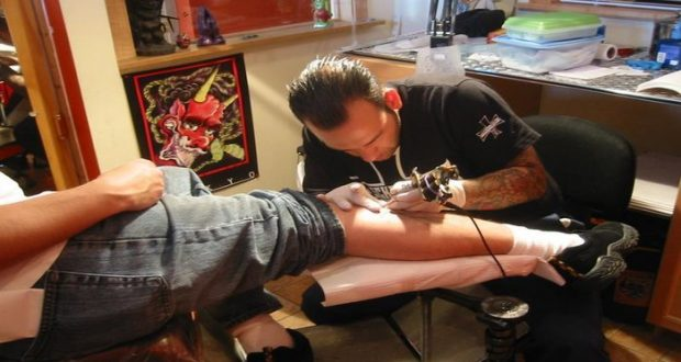 Atención: Se hizo un tatuaje y se murió