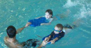 El ahogamiento en seco ocurre cuando alguien respira en el agua, pero desarrolla problemas respiratorios horas o hasta días después de haber nadado.