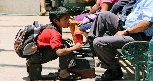 Las condiciones económicas de las familias más pobres obligan a los menores a trabajar