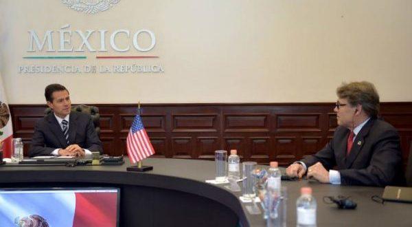Pacto energético entre México y Estados Unido da certeza en América del Norte El pacto energético entre México y Estados Unidos propiciará el crecimiento del mercado; lo que provee mayor certeza a la relación del bloque TLCAN, El gobierno de México y Estados Unidos pactaron incrementar la interconexión de infraestructura y fortalecer la integración de los mercados energéticos, comprometiéndose a fomentar proyectos que impulsen el fortalecimiento del mercado y propicien el crecimiento; lo que da mayor certeza a la relación comercial entre los tres países que conforman el TLCAN. En el marco de la reunión privada celebrada entre el presidente Enrique Peña Nieto y el secretario de Energía de Estados Unidos, Rick Perry; ambos países lograron un acuerdo en el que se convino enfocar el trabajo coordinado en tres ejes estratégicos, en busca de alcanzar un nuevo nivel de colaboración en la materia.