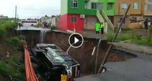 Socavón se traga autobús de pasajeros en Veracruz [VIDEO]