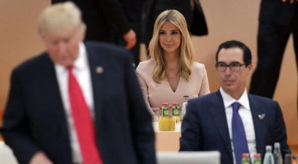 """Ivanka sustituyó a Trump en la reunión del G20 : Los líderes de las 20 economías más grandes del mundo se dieron cita en la Cumbre del G20 en Hamburgo, para discutir temas de amplia relevancia internacional como el cambio climático y el libre comercio. Es habitual que en este tipo de encuentros algún alto cargo de la delegación de un país ocupe el sitio del Jefe del Ejecutivo de manera provisional. En esta ocasión, la llamada """"primera hija"""" de Estados Unidos, Ivanka Trump, ocupó en dos ocasiones el asiento de su padre en las sesiones de la cumbre de Hamburgo, siendo causa de polémica por la relación familiar, lo que obligó al presidente estadounidense a aclarar la situación. Ivanka, quien es asesora en la Casa Blanca, ocupó el lugar reservado para Donald Trump en la mesa principal de la cumbre cuando el presidente estadounidense se ausentó temporalmente para cubrir reuniones bilaterales previamente pactadas."""