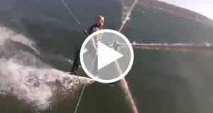 Graban a un hombre chocando contra una ballena jorobada mientras practica surf