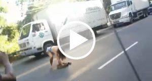 Una mujer arriesga su vida para evitar que una anaconda de sea atropellada [Video]