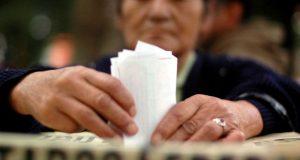 Ciudadano insertando su voto en la urna