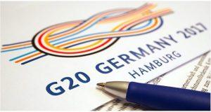 """La Cumbre del Grupo de los Veinte (G20) revelará el sábado 8 de julio su documento oficial de acuerdos alcanzados por los líderes de las economías industrializadas y emergentes más fuertes del mundo, después de sostener su reunión anual que este 2017 tendrá lugar en Hamburgo, Alemania. La canciller Angela Merkel resaltó la importancia de que los jefes de Estado y los líderes de los gobiernos miembros del G20 se reunieran para dialogar sobre temas relevantes en materia económica; sin embargo, no mostró ánimos para alcanzar grandes acuerdos. El lema de la Cumbre 2017 del G20 es """"garantizar la seguridad mundial -mejorar las perspectivas futuras– y asumir responsabilidad"""", y los líderes mundiales centrarán sus esfuerzos en temas económicos para lograr acuerdos que incentiven el crecimiento y den seguimiento a los compromisos de reformas estructurales claves para lograrlo. El G20 buscará en 2017 fortalecer las instituciones financieras internacionales a través de reformas a la estructura de la red de seguridad bancaria, por lo que la libertad de los flujos de capitales será tema a discutir, además de la regulación de los mercados financieros y los estándares globales."""