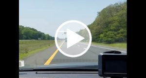 Avión aterriza de emergencia en medio de una carretera [Video]