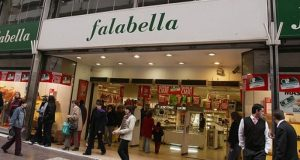 La cadena chilena Falabella inicia operaciones en México con emisión de tarjeta de crédito en algunas de las tiendas Soriana de todo el país.