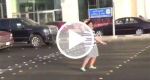 Arrestan a joven por bailar en público la Macarena [Video]