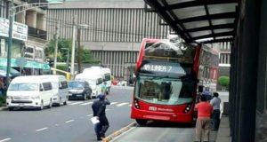 Despiden conductor y supervisores Metrobús de dos pisos que chocó contra una estación