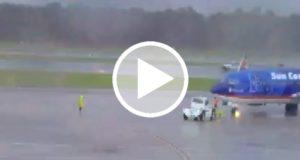 Rayo golpea avión y alcanza a joven en un aeropuerto de EU [Video]