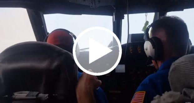 Un avión recorre el ojo del huracán Harvey [Video]