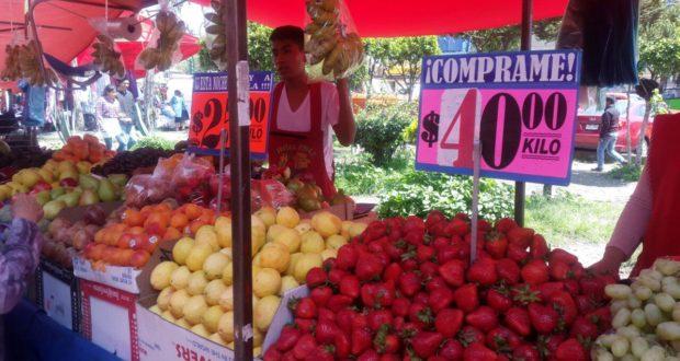 Puesto de fruta en mercado sobreruedas
