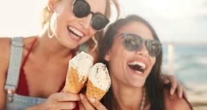 gente comiendo helado