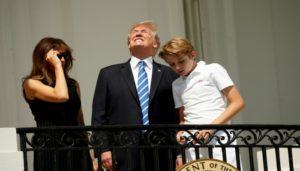 Captan a Donald Trump observando sin lentes protectores el Eclipse Solar