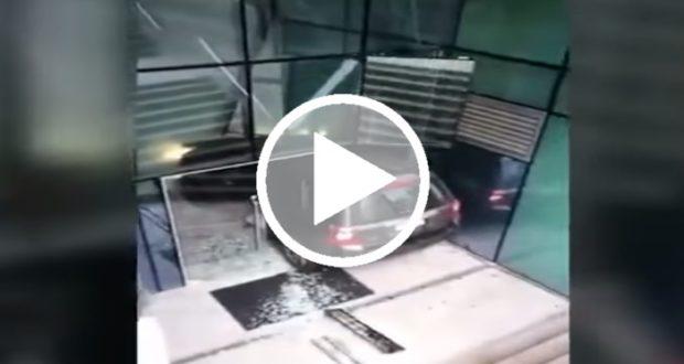 Conductora confunde entrada peatonal con un paso vehicular [Video]
