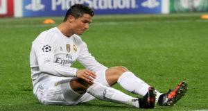 El delantero del Real Madrid empujó al silbante tras ser expulsado por simulación en el partido de ida de la Supercopa de España.