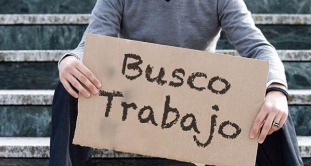 persona con letrero de busco trabajo