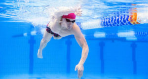 Realizar ejercicios bajo el agua ayuda a tonificar los músculos