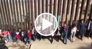 Niños cantan el himno de México en la frontera de EUA en honor a victimas del sismo [Video]