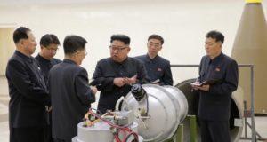 """¿Qué es la bomba de hidrógeno detonada por Corea del Norte y cuáles sus riesgos? Corea del Norte sigue buscando una guerra con Estados Unidos y su última provocación fue la detonación de una bomba de hidrógeno, arma de mayor poder que las tradicionales. En diciembre de 2015 Corea del Norte reveló que tenía en su poder una bomba de hidrógeno, con lo que se autocoronó como una gran potencia nuclear, """"capaz de defender su independencia y la dignidad nacional de nuestra Patria con la fuerza de las armas nucleares y las bombas de hidrógeno"""". En septiembre de 2017, Kim Yong-un ordenó la detonación de la bomba, en medio de fricciones con Estados Unidos, lo que incrementa los riesgos de una guerra nuclear entre potencias."""