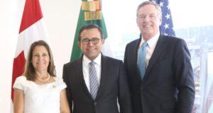 ¿Sorprendidos por la poca información de lo discutido en las mesas de negociación del TLCAN en México? Los ansiosos tendrán que esperar hasta el fin de la ronda 3 en Canadá. Terminó la segunda ronda de negociación del Tratado de Libre Comercio de América del Norte (TLCAN) desarrollada del 1 al 5 de septiembre en la Ciudad de México y al término de sesiones los representantes de México, Estados Unidos y Canadá salieron a compartir con la prensa la información generada en las mesas. Desde la cancillería mexicana, el titular de Economía, Ildefonso Guajardo inició la conferencia acompañado por la ministra de Relaciones Exteriores de Canadá, Chystia Freeland, y el representante comercial de Estados Unidos, Robert Lighthizer, e indicó que será hasta la tercera ronda de negociación a realizarse en Ottawa cuando se presenten los primeros resultados.