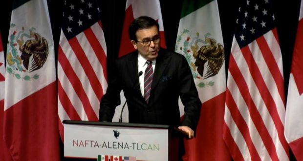 """TLCAN 2.0 podría salir del horno hasta 2018: México abre la puerta a extender plazo. """"Va a ser una cuarta ronda complicada porque estamos llegando a hueso"""", dijo Ildefonso Guajardo al terminar la tercera ronda de negociación y abrió la posibilidad de extender el proceso hasta 2018. La intención de México era la de tener un TLCAN 2.0 aprobado para antes de las elecciones de 2018, para esto, necesita que las rondas de negociación concluyan a finales de año y se esté enviando el documento a su última revisión para tenerlo listo en julio. Sin embargo, parece que los tiempos se están complicando y la fecha límite establecida deberá sufrir una extensión. México, Estados Unidos y Canadá destacaron que en la ronda 3 en Ottawa se lograron avances, pero en discursos paralelos se deja entrever que tras bambalinas las cosas no están navegando con viento en popa como se anhelaría. El secretario de Economía, Ildefonso Guajardo, principal representante del frente mexicano, destacó que la cuarta ronda del TLCAN, a realizarse del 11 al 15 de octubre en Washington, enfrentará retos sustanciales, por lo que no descartó que el proceso se alargue hasta el arranque del siguiente año."""